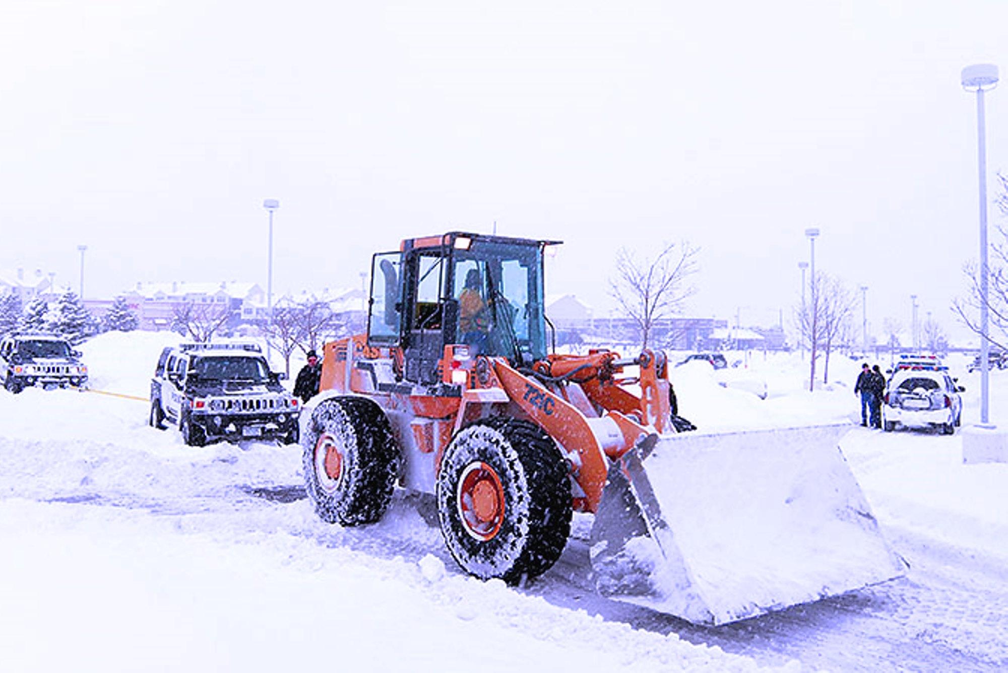 Уборка от снега футбольного поля